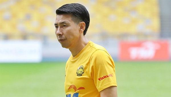HLV Tan Cheng Hoe nhận tin dữ bố qua đời ít giờ trước khi cùng các học trò bước vào trận đấu với Việt Nam. Ảnh: UM.