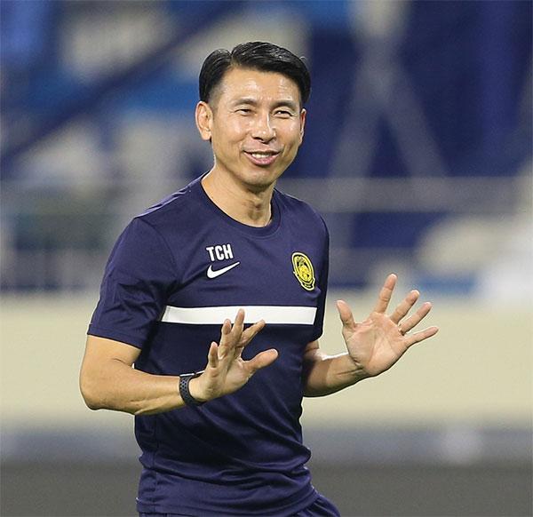 HLV Tan Cheng Hoe hy vọng các học trò thi đấu mạnh mẽ, tuân thủ chiến thuật để giành thắng lợi trước Việt Nam, nuôi hy vọng vượt qua vòng loại thứ hai. Ảnh: Lâm Thỏa.