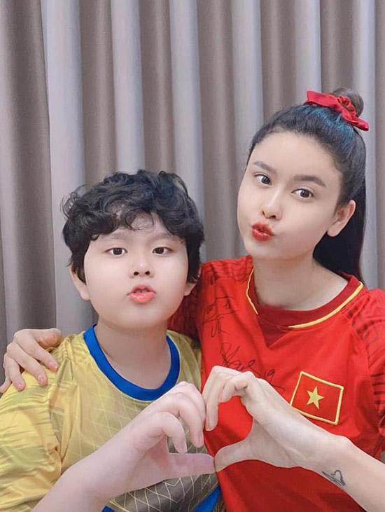 Trương Quỳnh Anh và con trai Sushi.