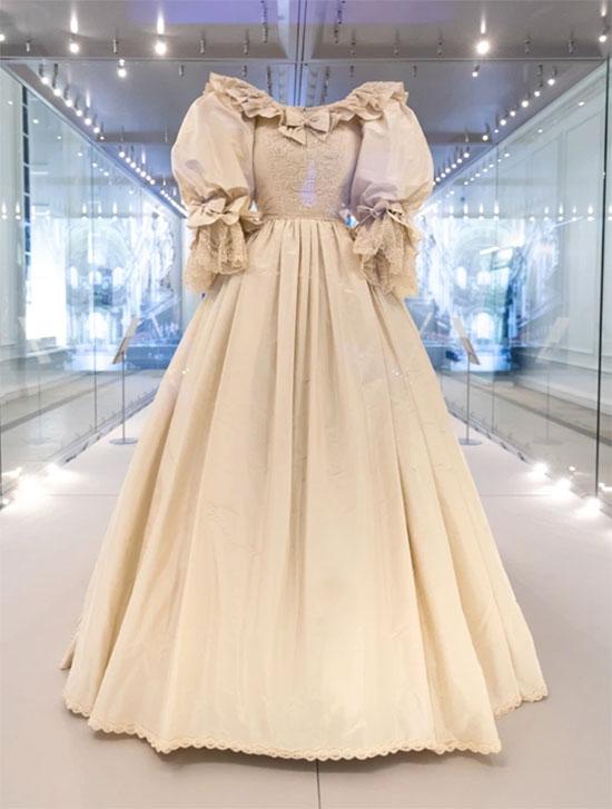 Chiếc váy cưới biểu tượng của Diana được trưng bày tại Điện Kensington. Ảnh: UK Press.
