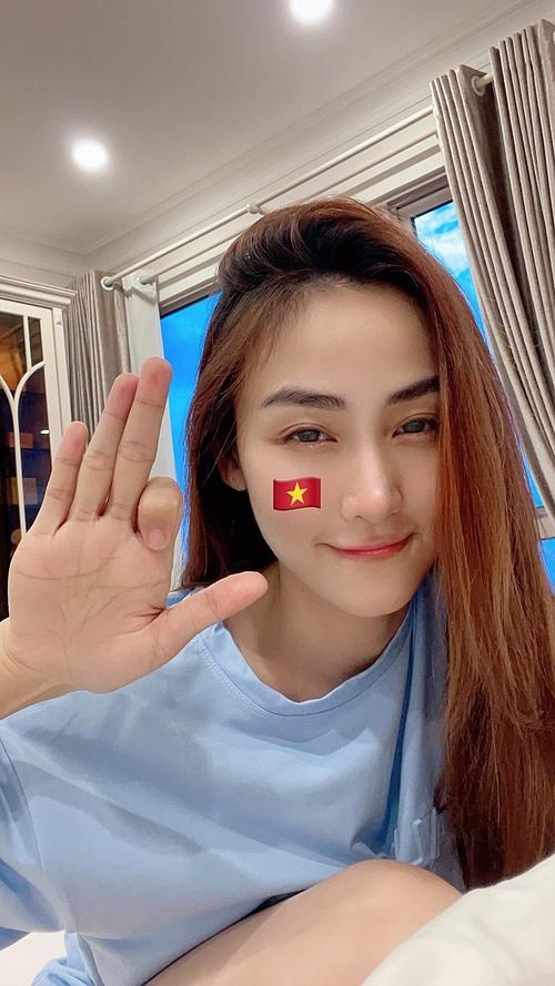 Diễn viên Ngân Khánh xúc động đến nỗi tay run khi làm thơ mừng chiến thắng của đội nhà: Đêm nay bóng đá Việt Nam. Tiễn chân anh bạn Mã Lai ra về. Trận sau cứ thắng hoặc huề. Thế là bước tiếp đi vào vòng trong.