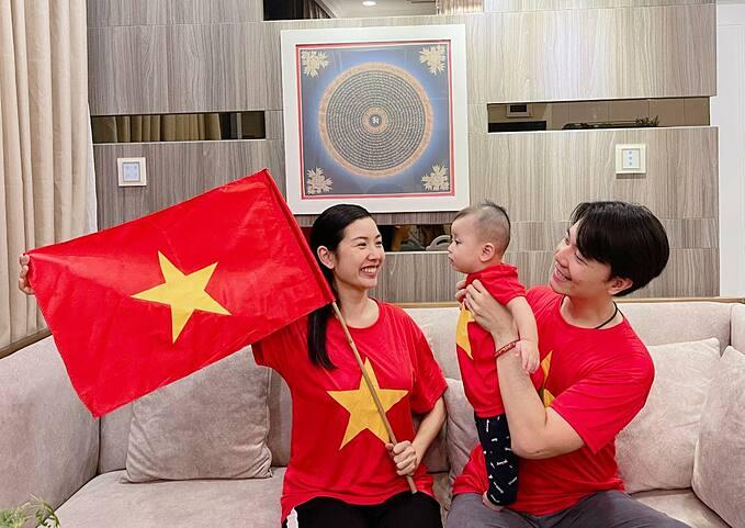 Vợ chồng á hậu Thúy Vân cùng con trai mặc áo cờ đỏ sao vàng cổ vũ cho tuyển Việt Nam trước Malaysia và vỡ òa hạnh phúc khi thầy trò Park Hang-seo chiến thắng 2-1.