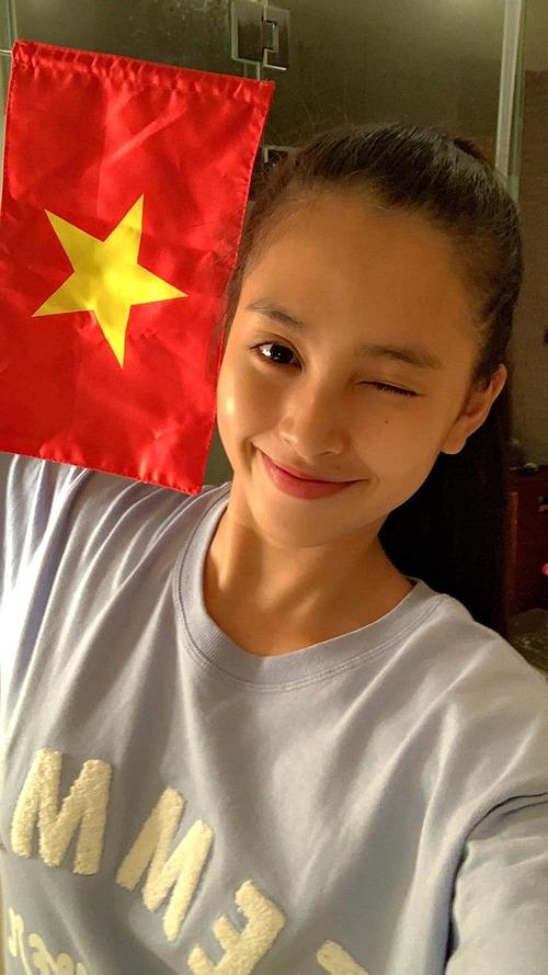 Hoa hậu Tiểu Vy xinh đẹp với mặt mộc khi cổ vũ cho tuyển Việt Nam.