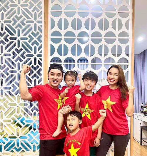 Gia đình Ưng Hoàng Phúc ủng hộ từ xa cho đội tuyển nước nhà. Nam ca sĩ cũng dự đoán chính xác tỷ số 2-1 cho Việt Nam và Tiến Linh sẽ ghi một bàn.