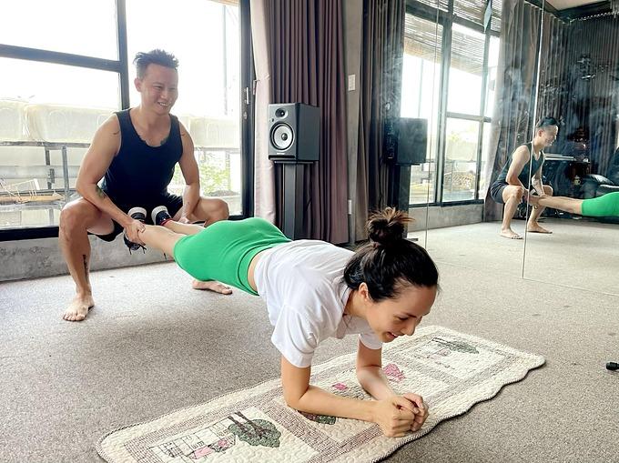 Ca sĩ Hoàng Bách hỗ trợ bà xã Thanh Thảo khi tập gym tại nhà mùa dịch.