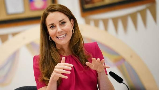Kate trả lời câu hỏi của phóng viên khi được hỏi đã gặp bé Lilibet trên video chưa. Ảnh: The Guardian.