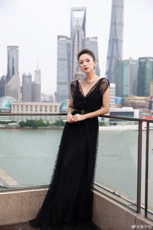 Bà mẹ hai con cho biết cô hiện nặng 49,2 kg. Cô đăng hình trên Weibo và hỏi mọi người rằng: Tôi có béo không?.