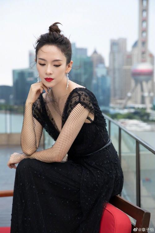 Chương Tử Di thả dáng ở không gian ngoài trời của địa điểm tổ chức đêm tiệc. Phía sau cô là sông Hoàng Phố, tòa tháp Đông Phương Minh Châu nổi tiếng.