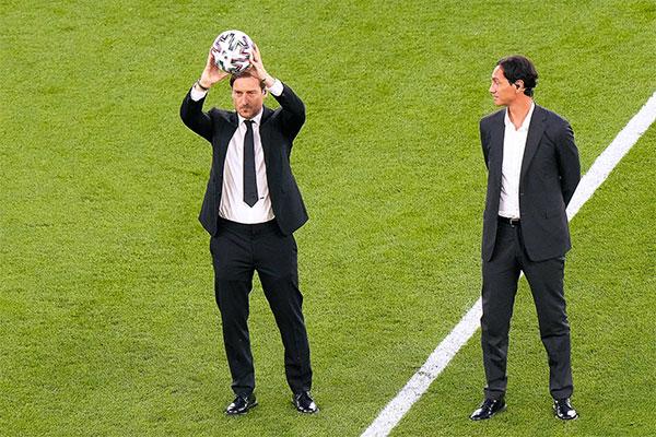 Hai cựu danh thủ Italy là Totti và Nesta xuất hiện trong lễ khai mạc Euro rạng sáng 12/6. Ảnh: SP.