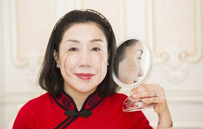 Bộ lông mi giúp Jianzia không cần kẻ mắt và cảm thấy khoẻ khoắn hơn. Ảnh: China Images.