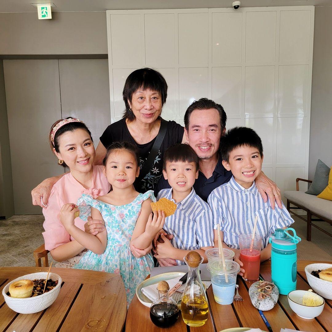 Trong một tấm ảnh, Trần Nhân Mỹ hài hước viết: Bữa ăn gia đình, cùng với mẹ của chàng trai lớn (mẹ chồng tôi đấy).