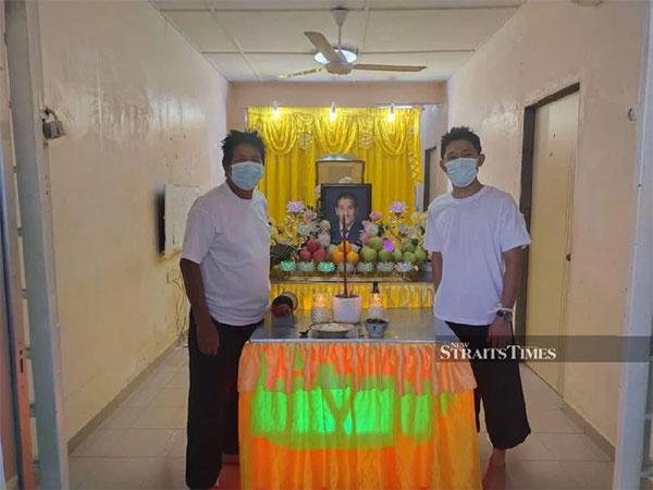 Anh trai và em trai HLV Tan Cheng Hoe lo liệu tang lễ cho bố ở quê nhà. Ảnh: NST.