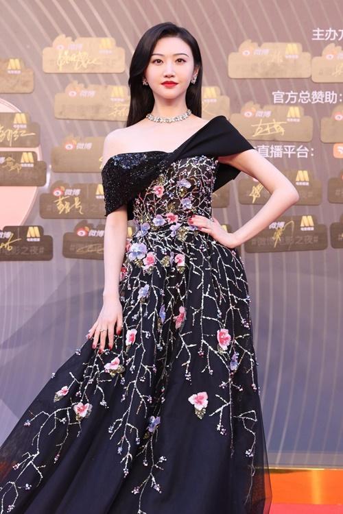 Mỹ nữ Bắc Kinh Cảnh Điểm diện đầm lộng lẫy.