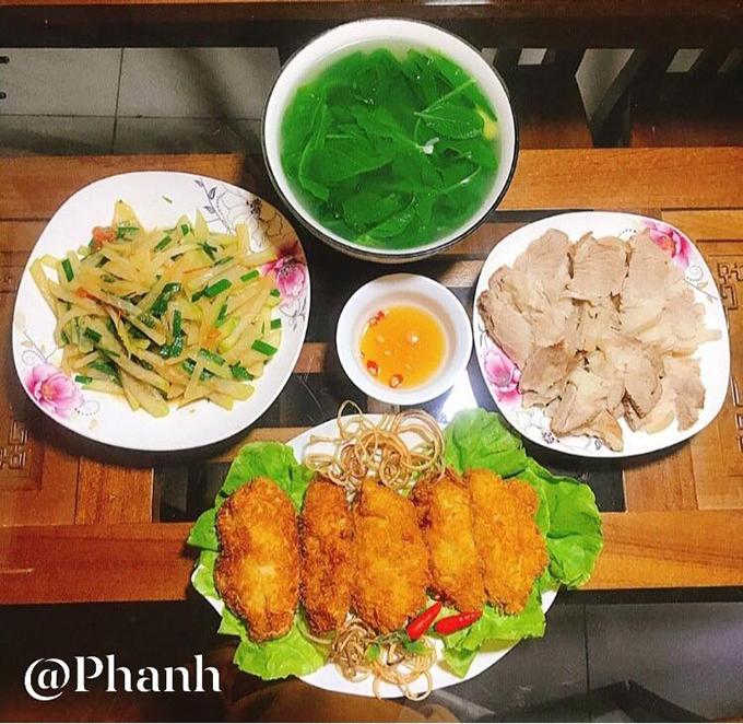 Các món ăn gồm canh cua nấu mướp, thịt chiên, trứng rán, salad dưa dứa và mận, cá tẩm bột chiên giòn, thịt luộc.