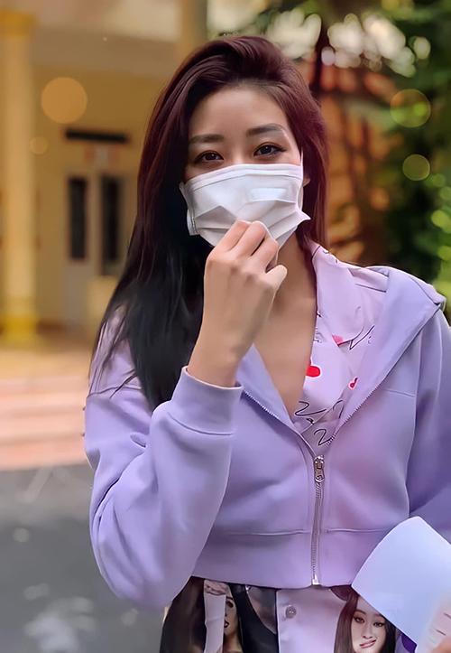 Cách ly tập trung tại Hà Nội từ ngày 9/6, Khánh Vân thực hiện đầy đủ các thủ tục kiểm tra sức khoẻ và tranh thủ thực hiện nhiều Vlog để tương tác cùng khán giả. Trong những ngày đầu, người đẹp khoe hình ảnh trẻ trung, lạc quan khi chọn bộ pyjamai in chân dung của chính mình.