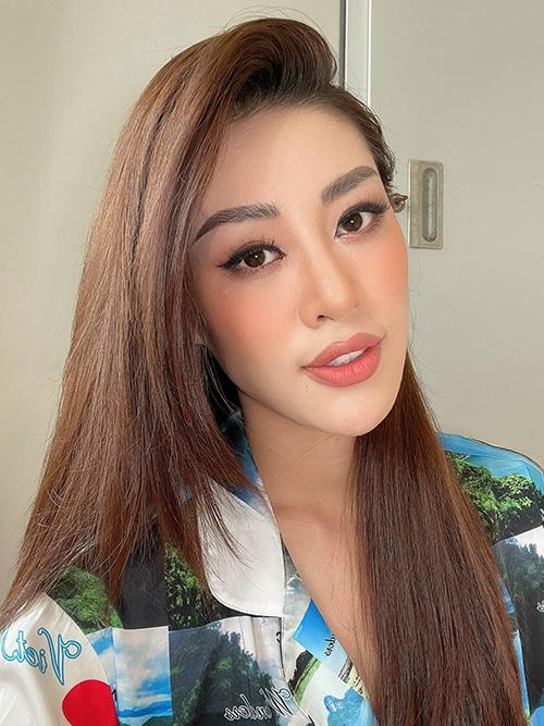 Khánh Vân chọn trang phục tông màu tươi sáng để giúp tinh thần thêm phấn chấn. Đồng thời người đẹp còn trổ tài tự trang điểm để tương tác cùng fan trên mạng xã hội.