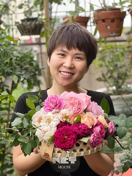 Chị Phúc vui vẻ sau mỗi lần thu hoạch hoa. Có tay chăm nên lần nào, chị cũng thu về một rổ hoa đầy.