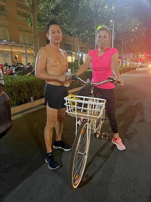 Vợ chồng ca sĩ Thanh Thảo rủ nhau tập luyện thể dục thể thao nâng cao sức khỏe.