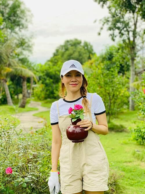 Ca sĩ Mỹ Tâm tận hưởng hạnh phúc giản đơn với công việc làm vườn.