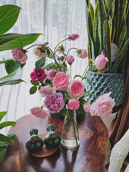 Những bình hoa tươi rói đến từ vườn nhà do chính tay chị Phúc trồng, chăm sóc. Nhờ niềm vui chăm vườn mà chị có thêm cảm hứng trong công việc thiết kế thời trang.