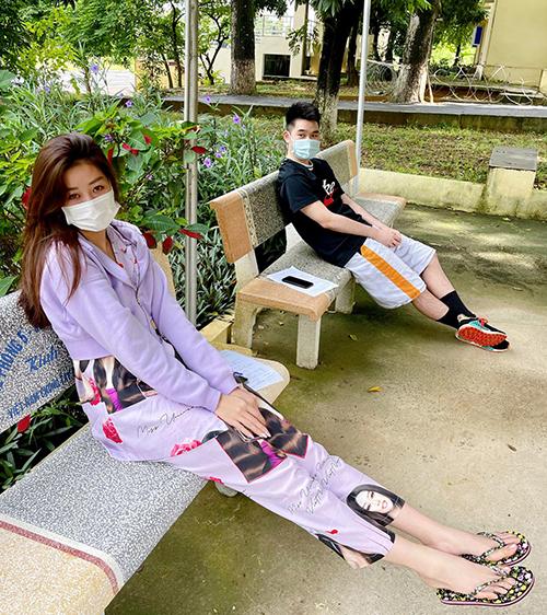 Khánh Vân chọn bộ cánh tím đơn giản, đi dép xỏ ngón khi đi kiểm tra sức khoẻ tại khu cách ly tập trung.