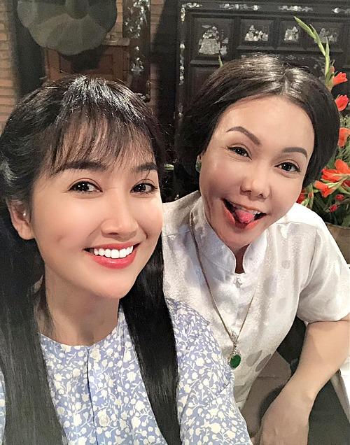 Nghệ sĩ Việt Hương nhí nhảnh pose hình cùng diễn viên Quỳnh Lam.