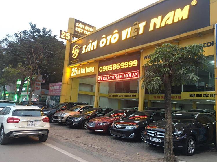 Một địa điểm kinh doanh ôtô trên đường Lê Văn Lương, Hà Nội.