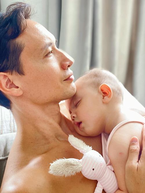 Bé Lisa nhà Hồ Ngọc Hà ngon giấc trên vai bố Kim Lý.
