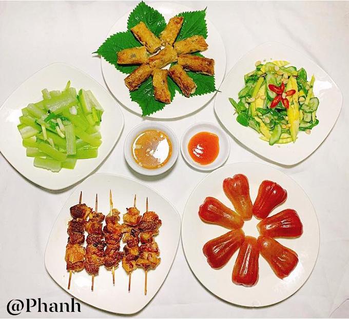 Do vậy, Phương Anh luôn dành trọn tâm huyết cho từng bữa ăn, kể cả khi chúng là những bữa ăn đơn giản, đạm bạc thường ngày. Bữa cơm có thịt xiên nướng, nem rán, nộm dưa chuột, xoài xanh, bầu luộc, quả roi.