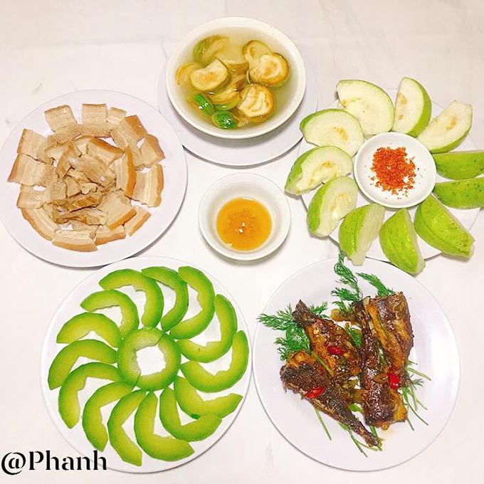 Cơm nhà bình dị có thịt luộc chấm nước mắm cốt, cá nục xốt cay, bí đao luộc, cà ướp và ổi.