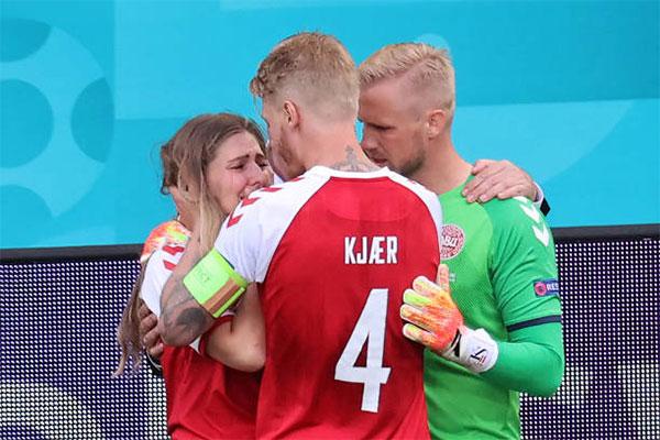 Kjaer và thủ môn Kasper Schmeichel an ủi vợ Eriksen. Ảnh: AFP.