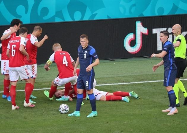 Eriksen nằm bất động trên sân. Ảnh: AFP.