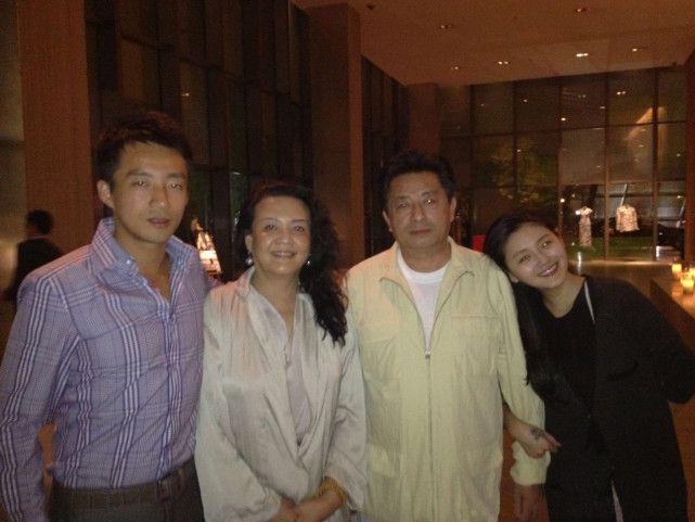 Bà Trương Lan cùng bạn (bên trái bà) và hai con Uông Tiểu Phi, Từ Hy Viên.