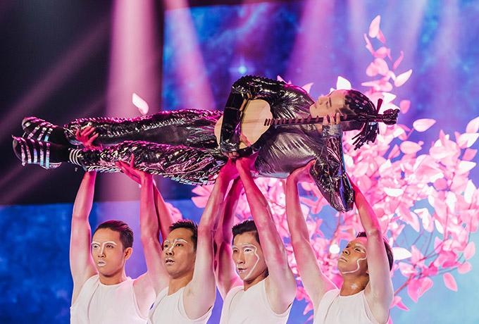 Thanh Duy gây chú ý khi biểu diễn tiết mục Tình anh bán chiếu theo phong cách mới trong đêm thi The Heroes, tối 13/6.