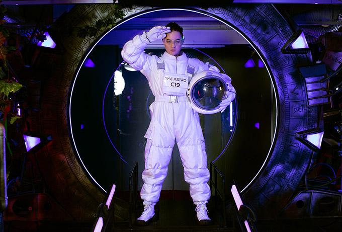 Thanh Duy với tạo hình phi hành gia trong cuộc thi The Heroes.