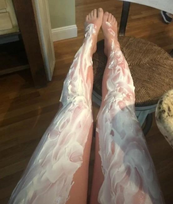 Một người dùng Tik Tok thoa kem chua lên kín chân để làm dịu sau khi đi nắng.