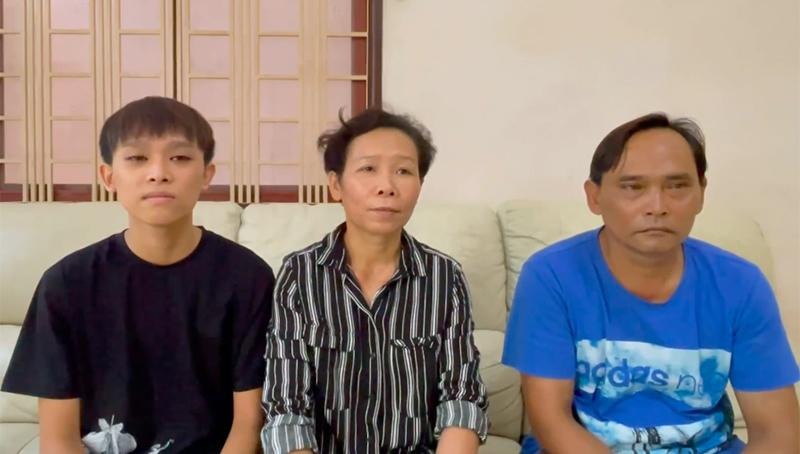 Hồ Văn Cường bên bố mẹ ruột.