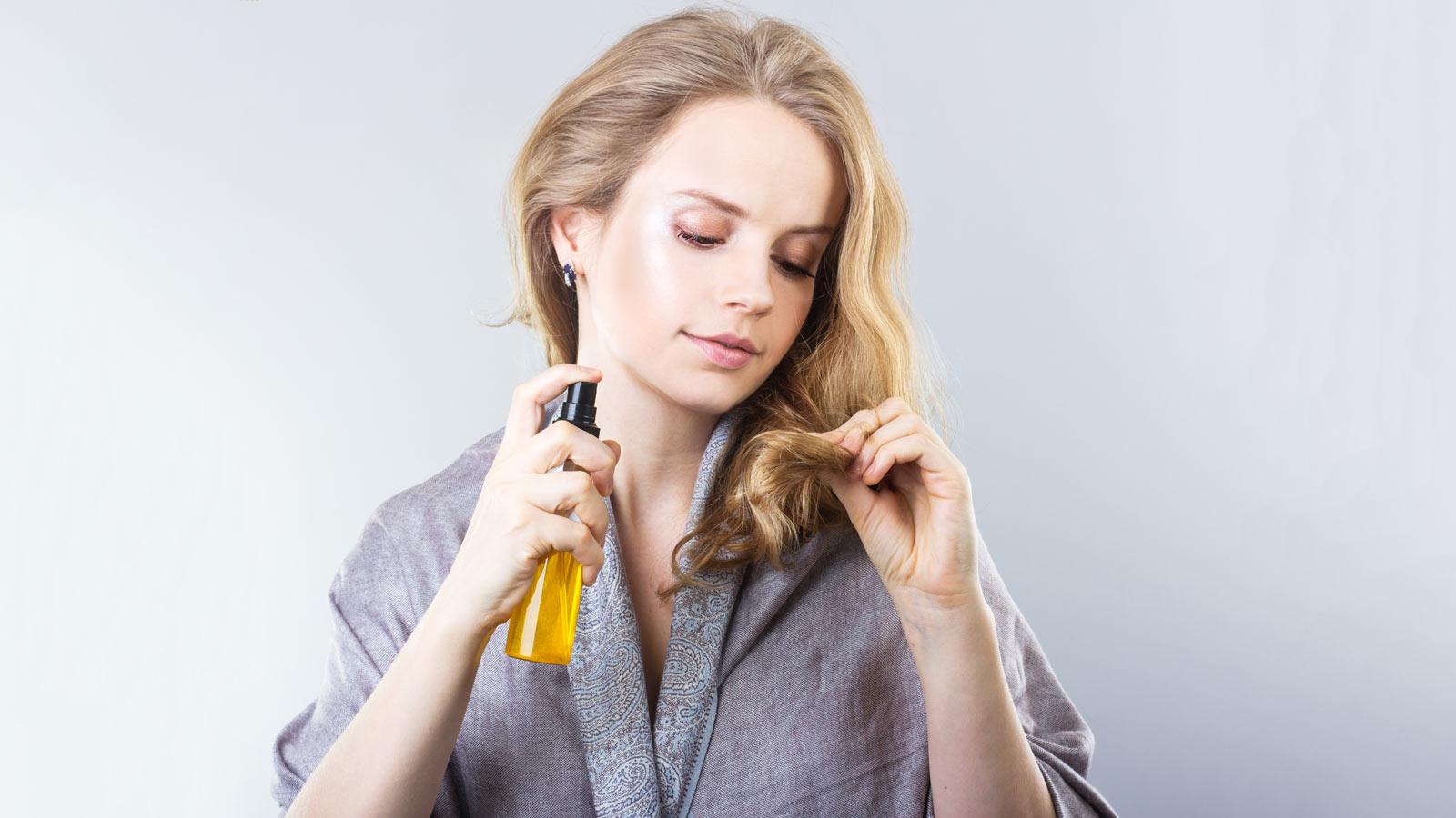 Nên dùng loại nước hoa dành riêng cho tóc để đảm bảo tóc không bị khô, xơ.
