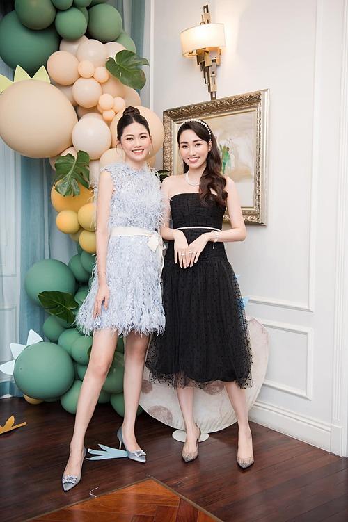 Chị em á hậu Ngô Thanh Tú - Ngô Trà My đọ sắc trong một khung hình.
