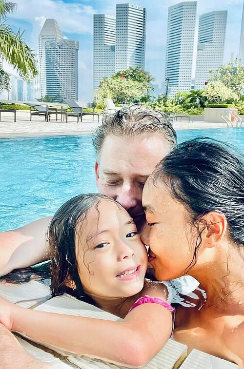 Ca sĩ Đoan Trang thư giãn bên hồ bơi cùng chồng con ở đảo quốc sư tư.