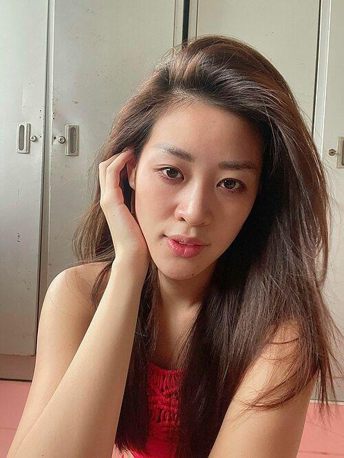 Hoa hậu Khánh Vân tự tin khoe mặt mộc trong những ngày thực hiện cách ly sau khi trở về từ Mỹ.