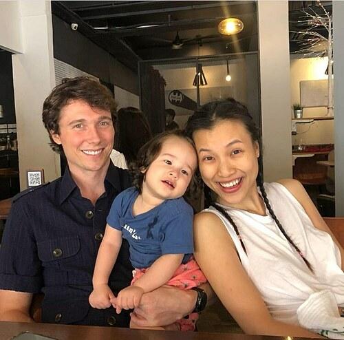 Khoảnh khắc hạnh phúc giản đơn của MC Hoàng Oanh bên chồng con ở Singapore.