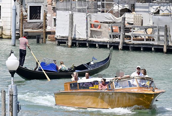 Ngay khi đến Venice vào trưa 13/6, cặp sao được taxi nước chở tới khách sạn bên kênh đào.
