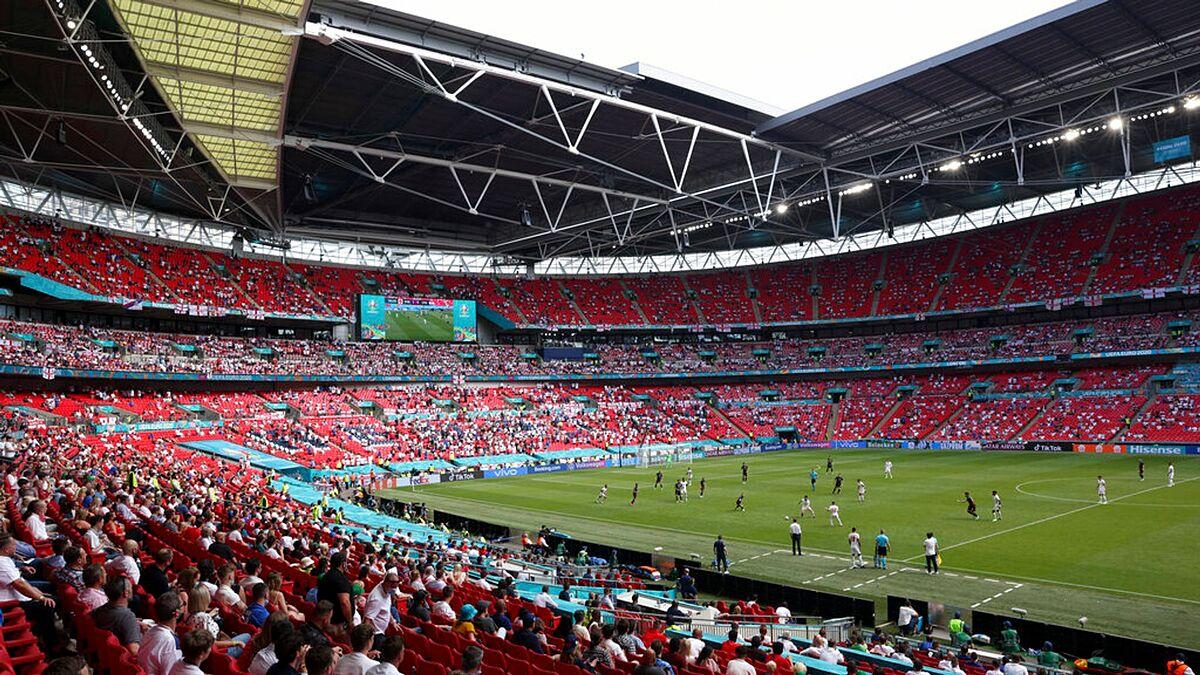 Cổ động viên trên khán đài sân Wembley theo dõi trận đấu giữa Anh và Croatia. Ảnh: AP