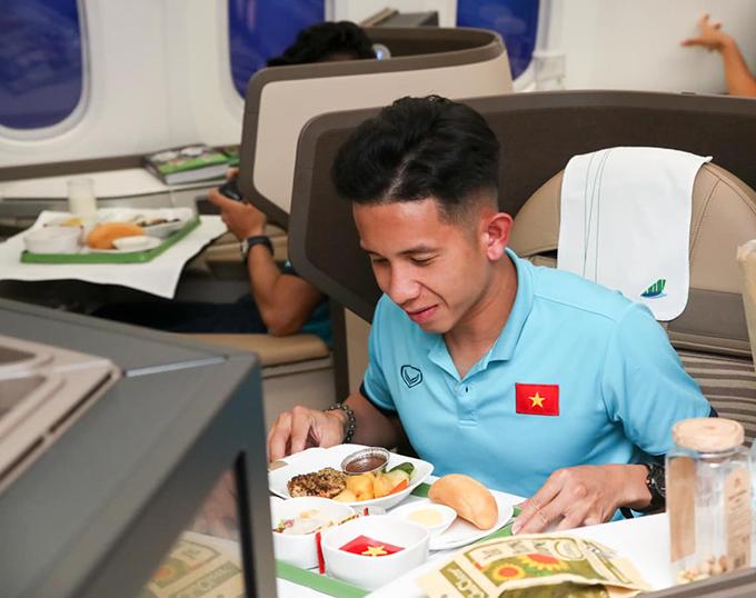 Trước đó, ngày 26/5, trên đường sang UAE thi đấu vòng loại giữa bối cảnh dịch bệnh, đội tuyển Việt Nam được hãng hàng không sắp xếp chuyên cơ, cho ngồi khoang thương gia với 11 thành viên tổ tiếp viên, phục vụ 100% các suất ăn hạng thương gia theo chế độ đặc biệt.