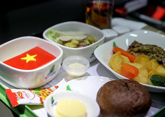 Các chàng trai tuyển Việt Nam được khai vị bằng salad gà nướng rau tươi với nước sốt. Món nóng có 2 lựa chọn: cá saba Nhật om sốt yuan và rau xanh dùng kèm cơm trắng; đùi gà nướng sốt mù tạt, rau và khoai tây xào bơ được phục vụ kèm bánh mì bơ. Tráng miệng là bánh mousse dâu tây và các loại quả đỏ mọng đặc trưng cho mùa hè - phiên bản quốc kỳ độc đáo như lời nhắn gửi của hàng triệu người hâm mộ luôn dõi theo đội tuyển.