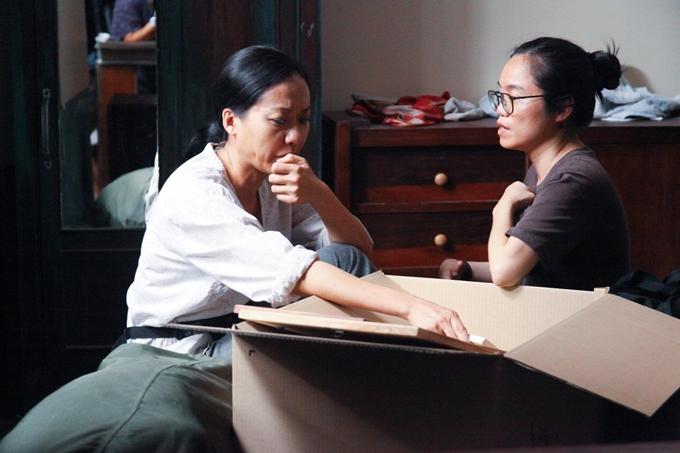 Đạo diễn làm việc với Hồng Ánh trước cảnh quay.