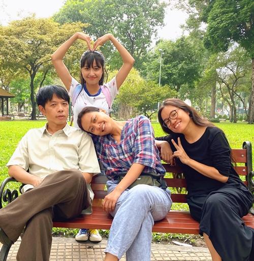 Trịnh Thảo bên hai diễn viên Hồng Ánh, Thái Hòa và đạo diễn Võ Thạch Thảo.