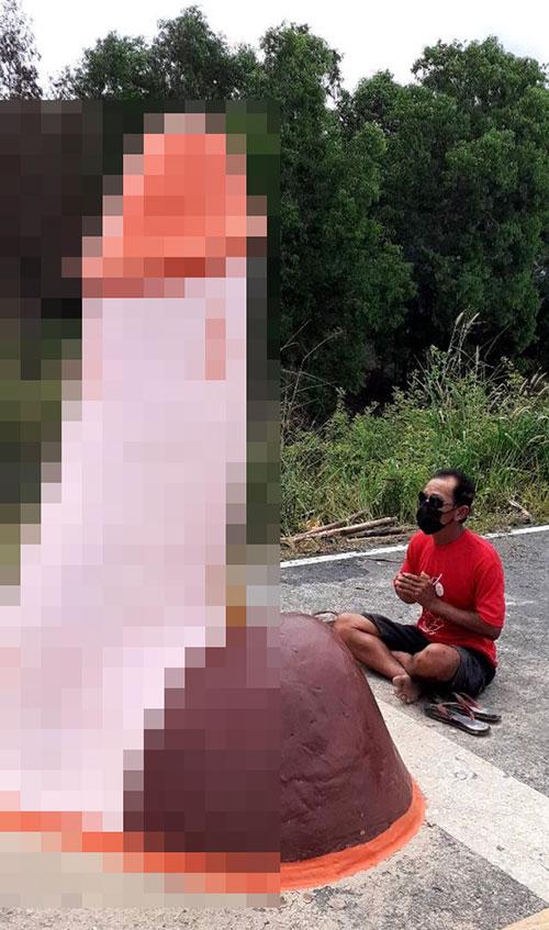 Trưởng làng Chaman cầu mưa trước bức tượng của quý. Ảnh: FB.