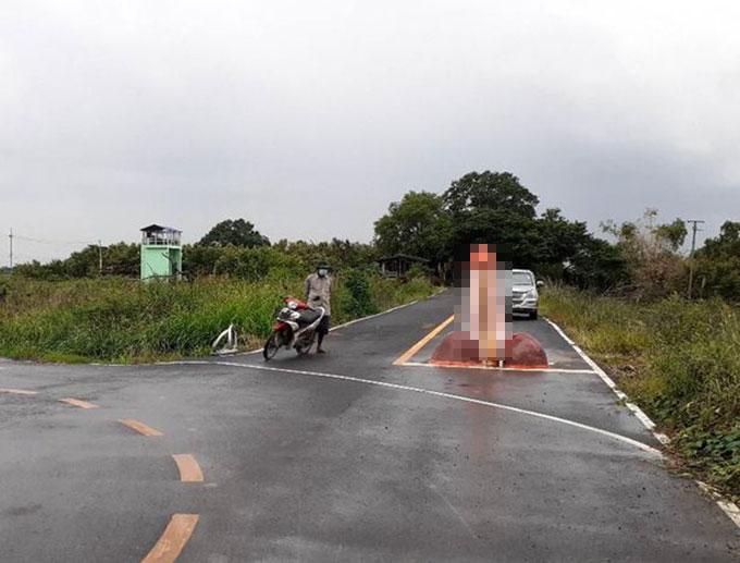 Vị trí của bức tượng của quý được đặt giữa con đường làng Yothaka, tỉnh Chachoengsao. Ảnh: FB.